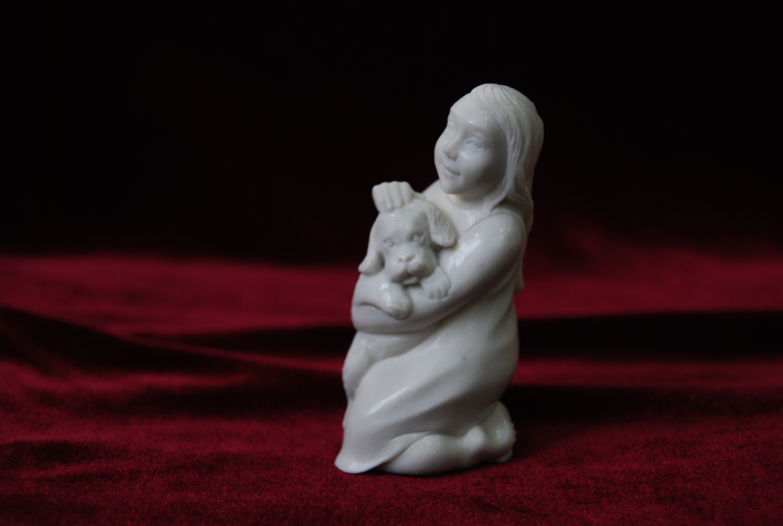Скульптура Девочка с собачкой,  Материал рог лося.jpg