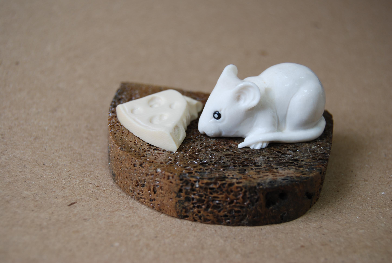 Скульптура Мышь на хлебе, Материал рог лося, цевка мамонта.jpg