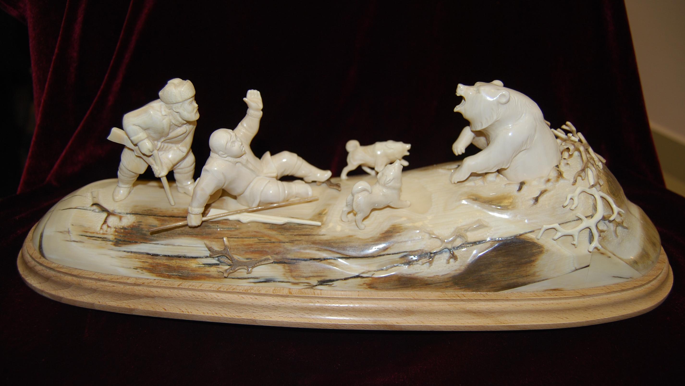 Скульптура Охота на медведя, Материал бивень мамонта.jpg