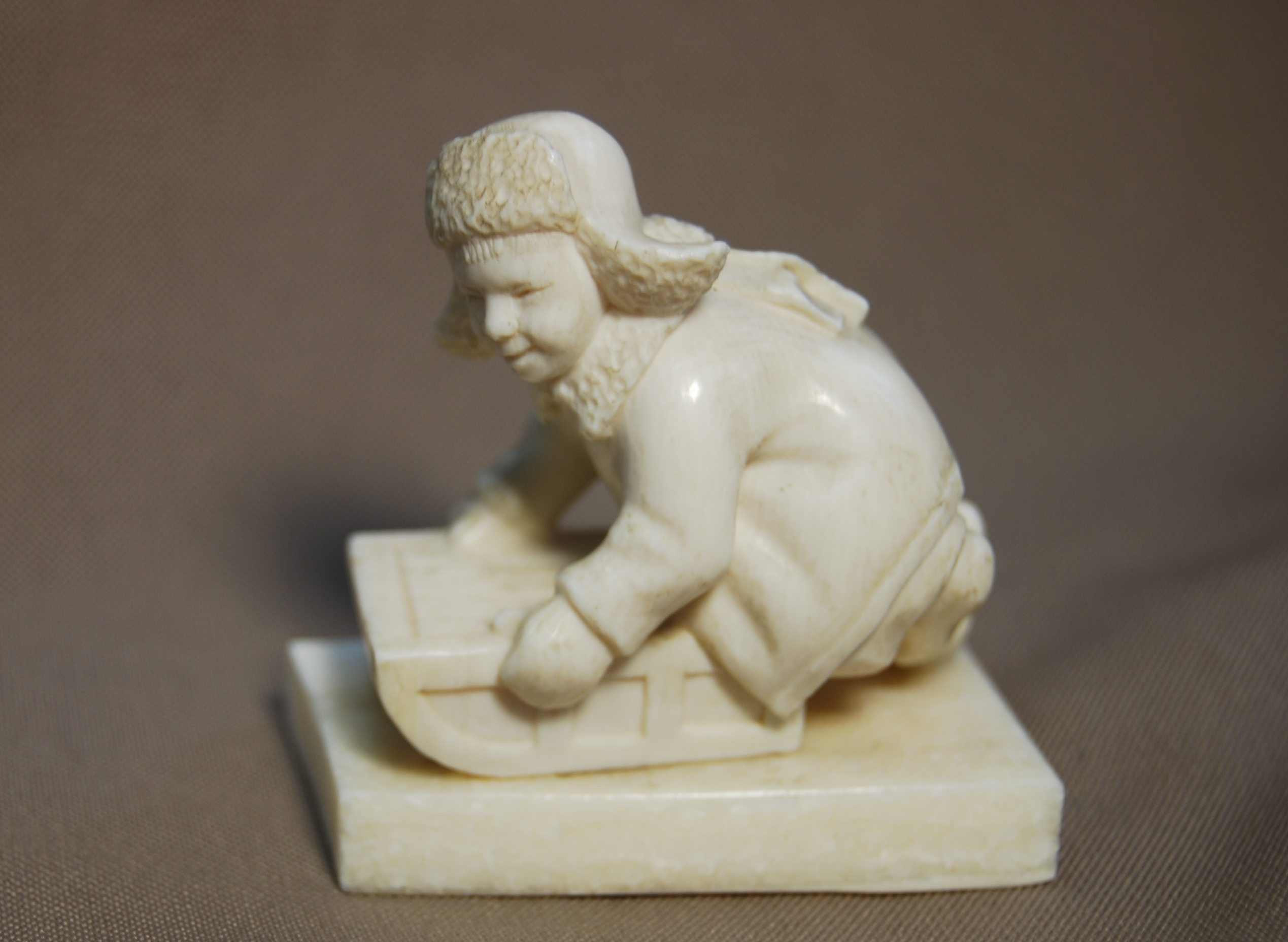 Скульптура Мальчик на санках Материал рог лося, цевка.jpg