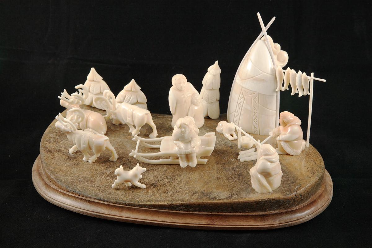 Скульптура Остяцкое хозяйство  Матераил цеввка мамонта, зуб кашалота.JPG