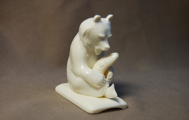 Скульптура Мишка  с рыбой, Материал цевка.jpg