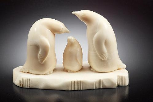 """Скульптура """"Семья пингвинов"""""""
