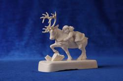 Скульптура Герда на северном олене. Материал рог лося..JPG