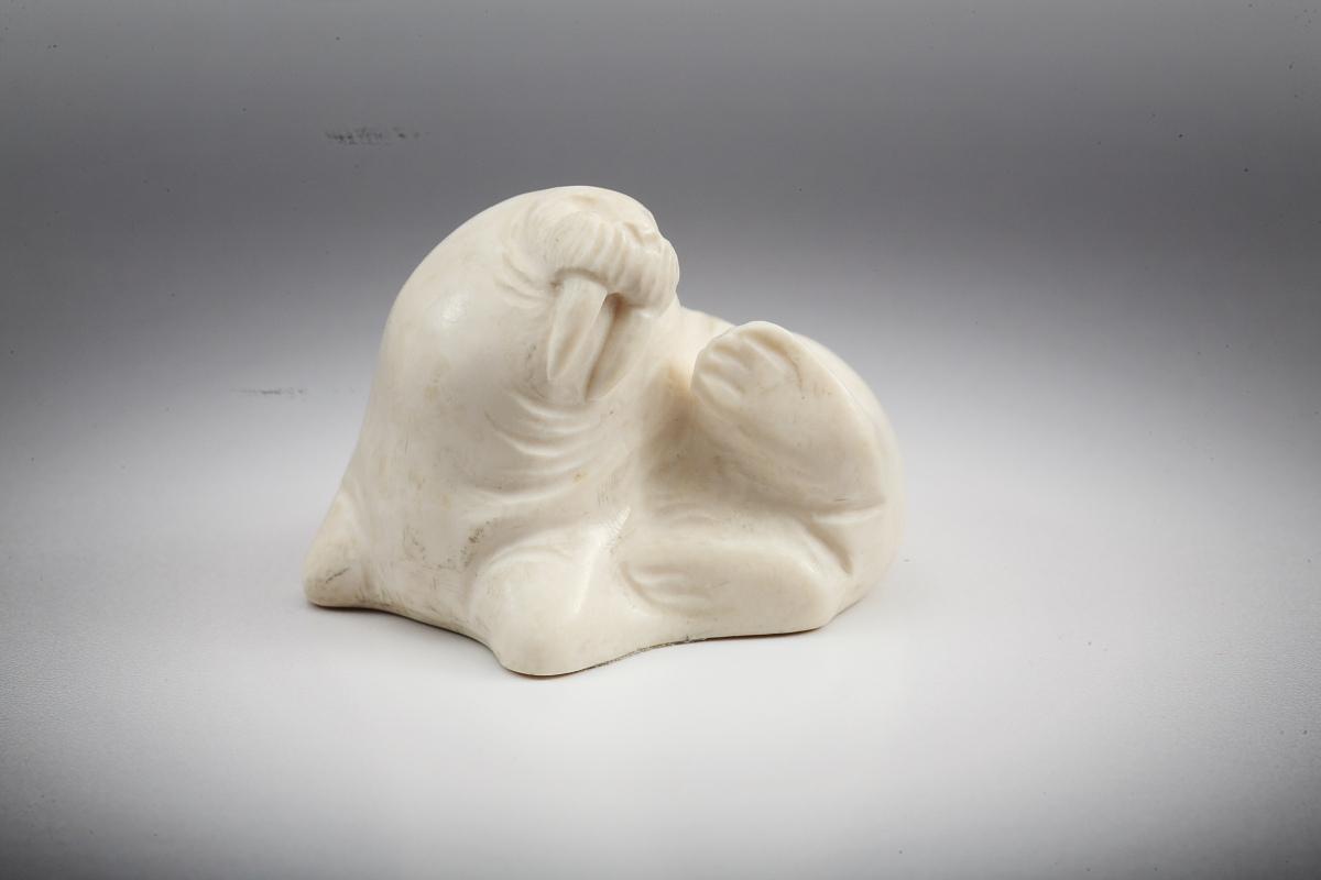 Скульптура Морж лежащий, Материал рог лося.jpg