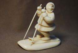 Скульптура Мальчик на лыжах, Материал рог лося, цевка.jpg