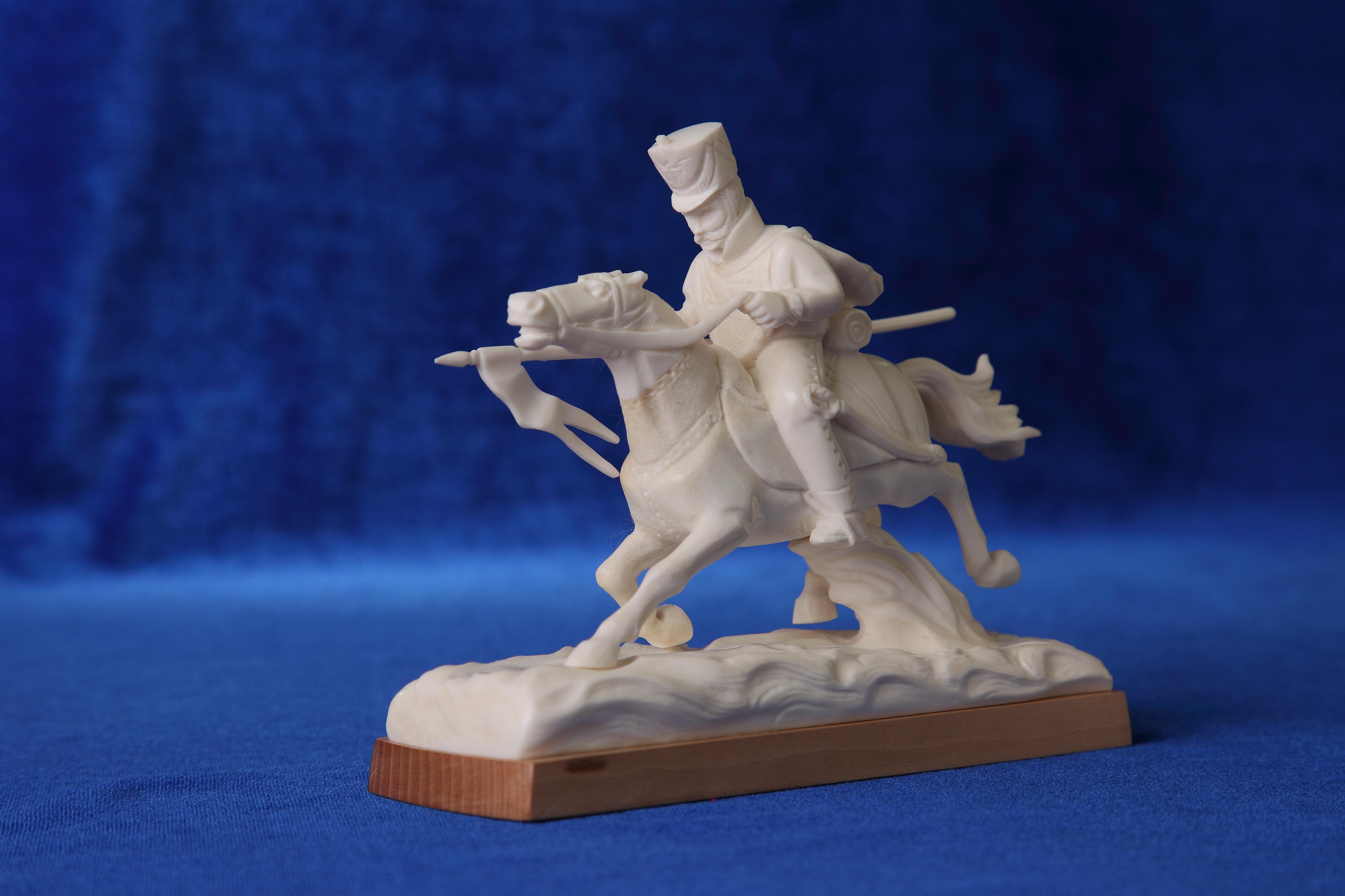 Скульптура Вперёд. Материал  Рог лося.JPG
