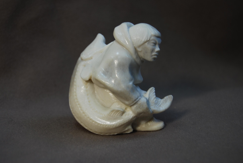Скульптура Рыбак с осетром, Материал рог лося.jpg