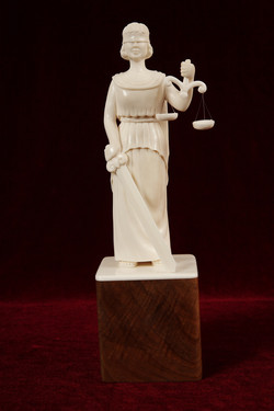 Скульптура Фемида, Материал рог лося.JPG