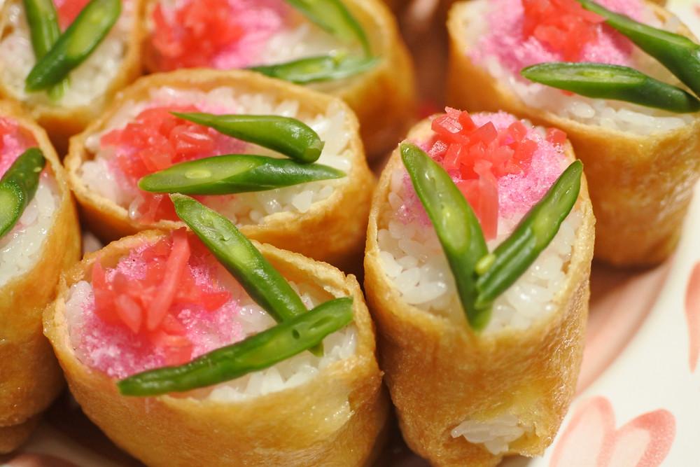 いなり寿司。インゲンと紅しょうが、桜でんぶで花の飾り