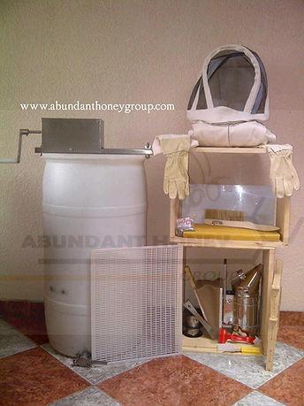 Implementos para apicultura en Bogotá Colombia ABUNDANT HONEY GROUP apiarios apicola abejas ahumador extractor de miel laminas de cera overoles trajes  bragas