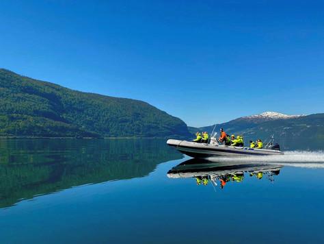 RIB båt - en fartsfylt opplevelse på det smaragdgrønne vannet!