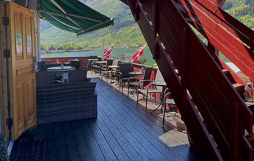 Uteserveringen med utsikt over Nordfjord og Oldedalen, fjell, fosser, fjorden og isbreer.