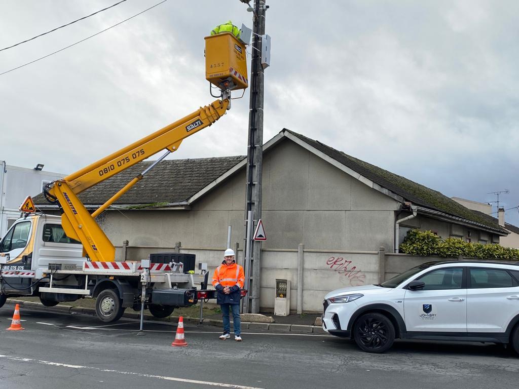 Installation vidéoprotection urbaine à l'aide d'une nacelle. Nos systèmes utilisent toutes les ressources nécessaires : fibre, radio, installations indépendantes...