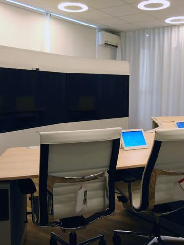 Salle de visioconférence immersive, quartier des affaires, Paris