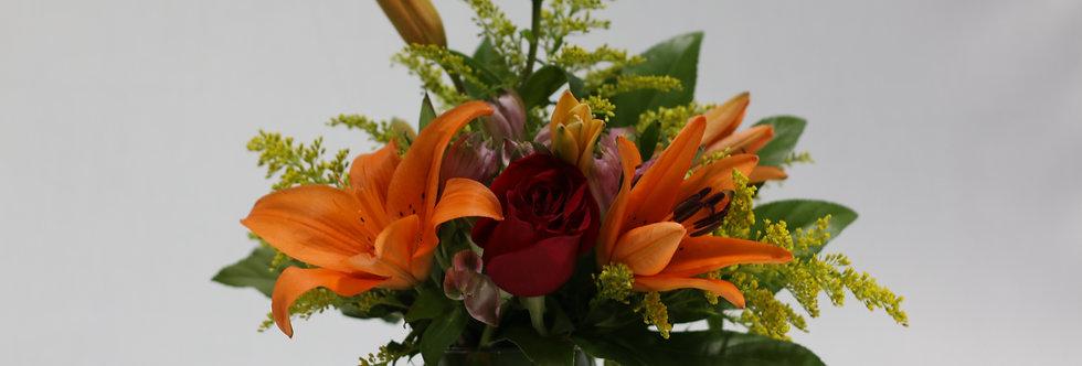 M54/Florero de vidrio con lirio y rosas