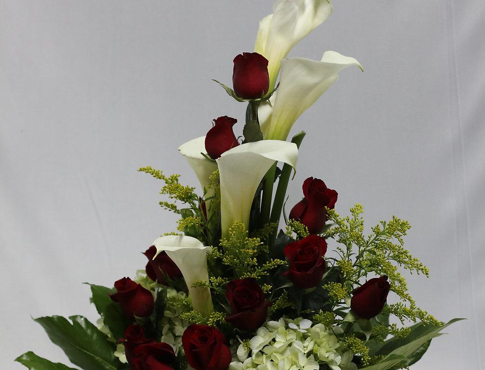 M06/ arreglo de 12 rosas , Hortencias y calas