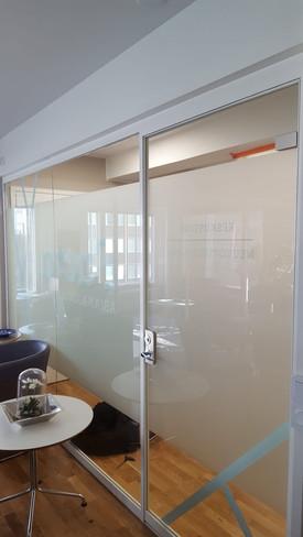 toimiston lasiseinä ja ovi.jpeg