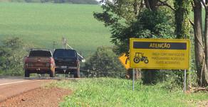 Placas orientam para o trânsito de máquinas em rodovias