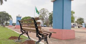 Bancos de praças estão sendo trocados e bicicletários instalados próximo a lugares públicos