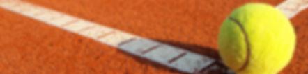 Une balle de tennis sur de la terre battue