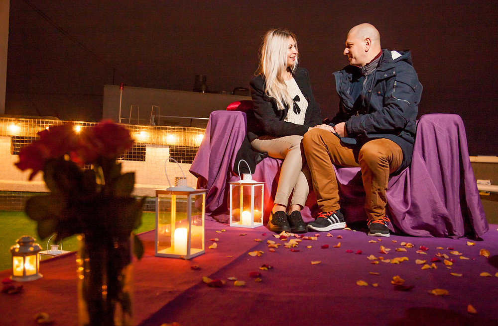 Ужин на крыше со свечами и лепестками роз