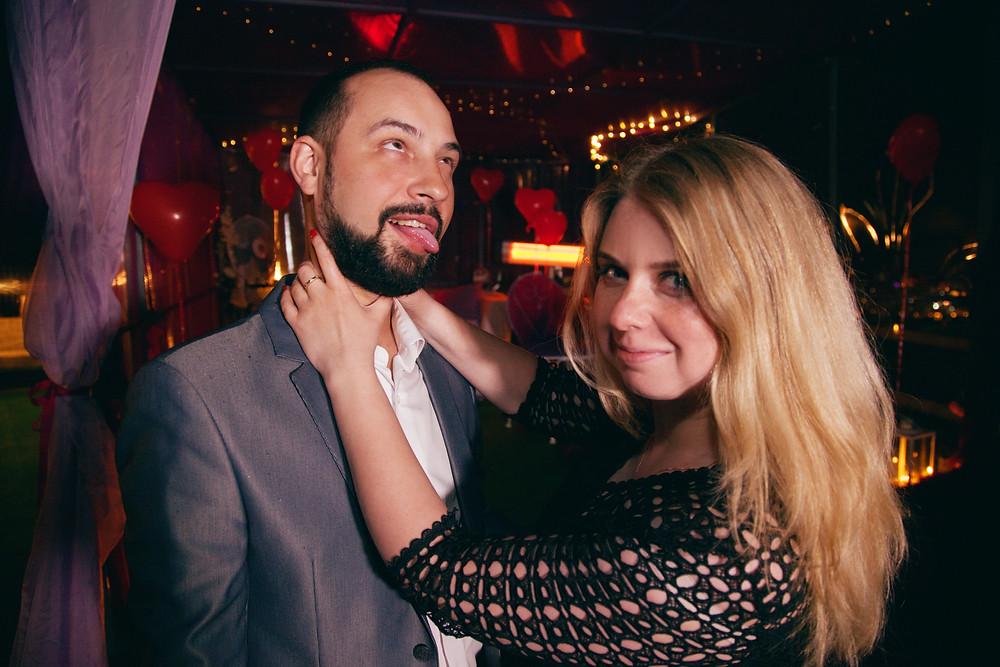 Муж с женой дурачатся на крыше, Киев, Сервис романтики Альтечо