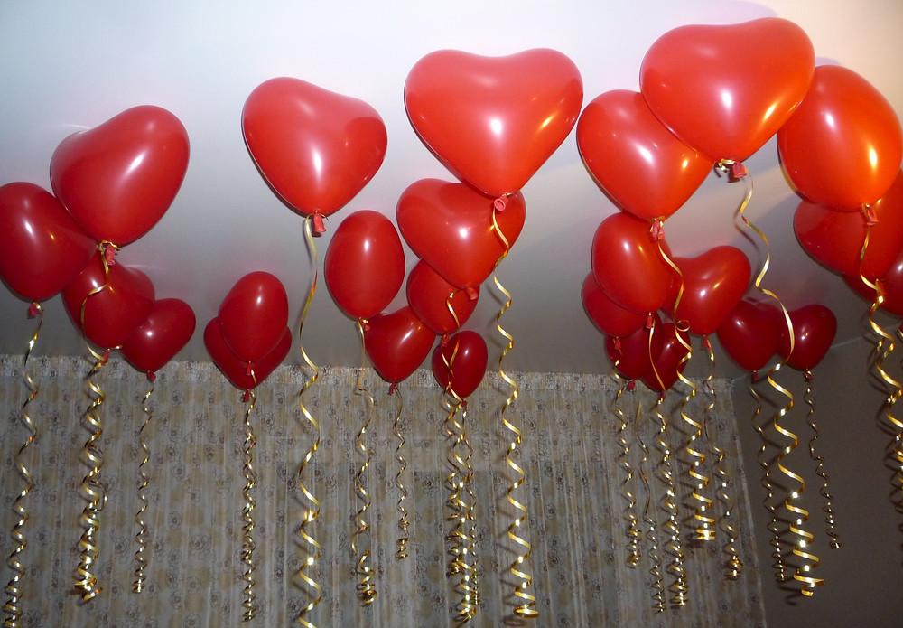 Романтический вечер, ужин украшен гелиевыми шариками сердечками, Альтечо, сюрприз