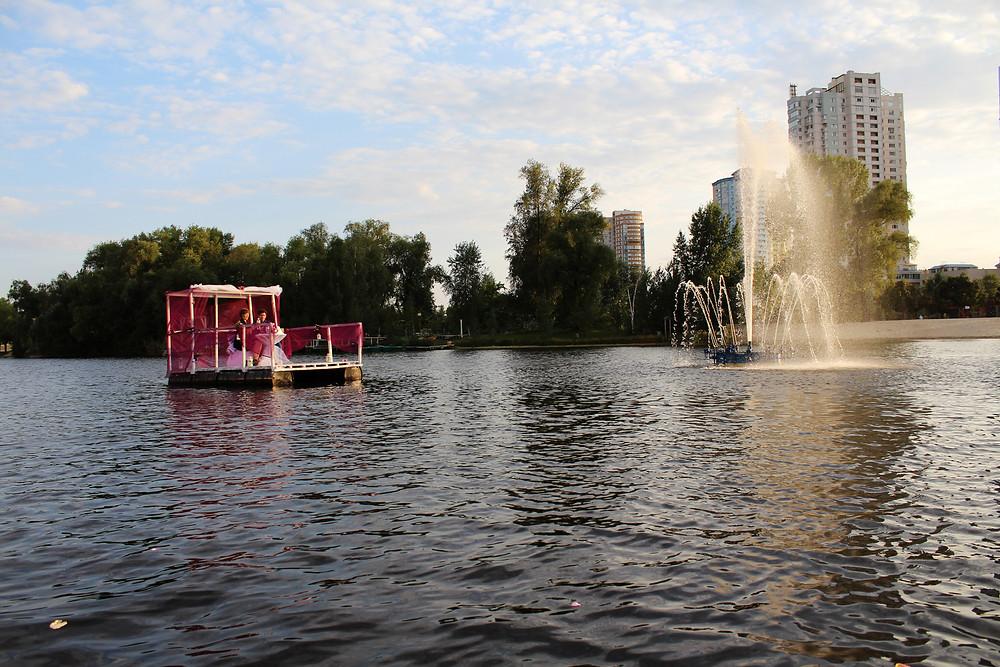 Ужин на плоту возле фонтана на Тельбине
