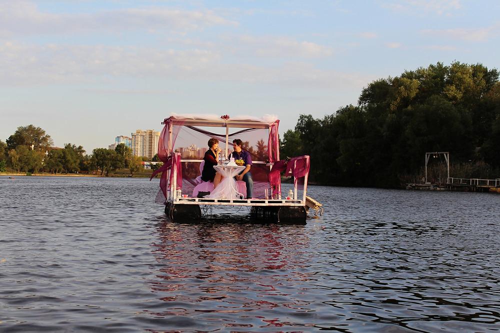 Романтика на плоту на озере