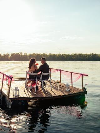 Романтический ужин на плоту в окружении воды