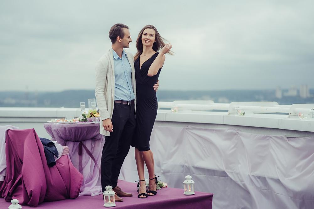 Приятные молодые влюбленные на крыше Альтечо