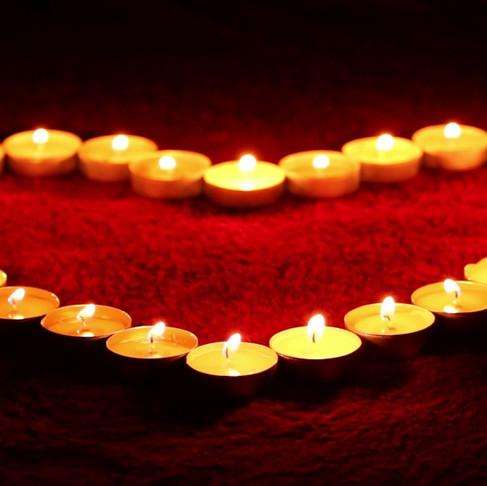Сердце или надпись из свечей и лепестков роз
