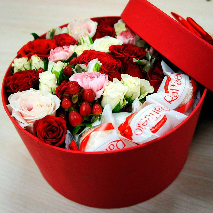 Коробочка с цветами и конфетами Raffaell