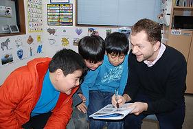 お子様の可能性を伸ばす カリキュラム 英会話 小学生コース 講師 外国人講師