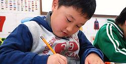 Happy Happy Workbook,ドリルやアクティビティを通して、アルファベットの大文字・小文字の書き方を習得できます