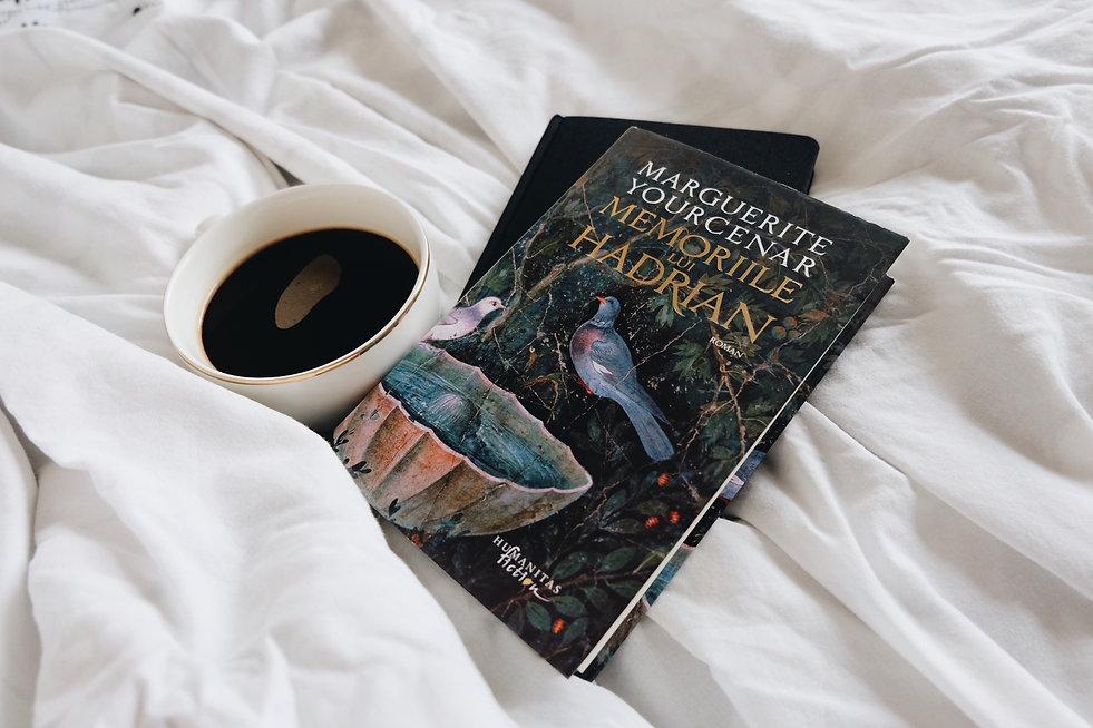 cartea memoriile lui hadrian langa o cana de cafea