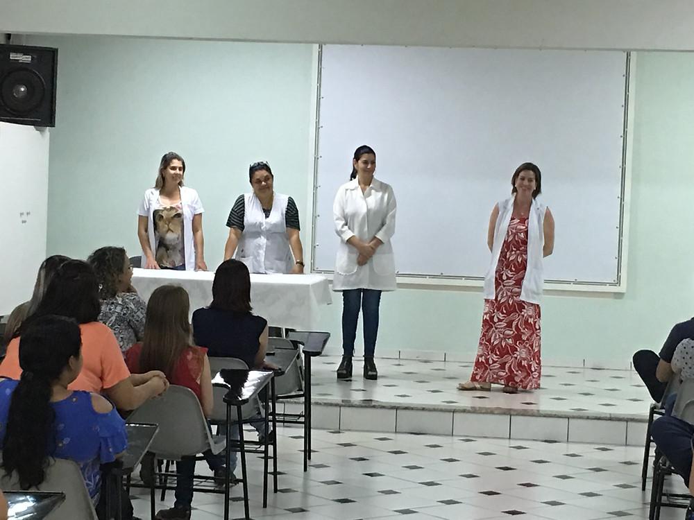 Prof. Dr. Carlos Portela fazendo doação dos alunos ao Hospital Mahatma Gandhi, com a nossa psicóloga Juliana Saraiva Ayusso