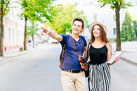 pareja-vacaciones-ciudad-andando-calle_2