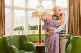 personnes agées dansant ensemble dans un salon