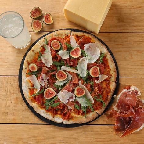 Pizza Jamón Serrano con higo