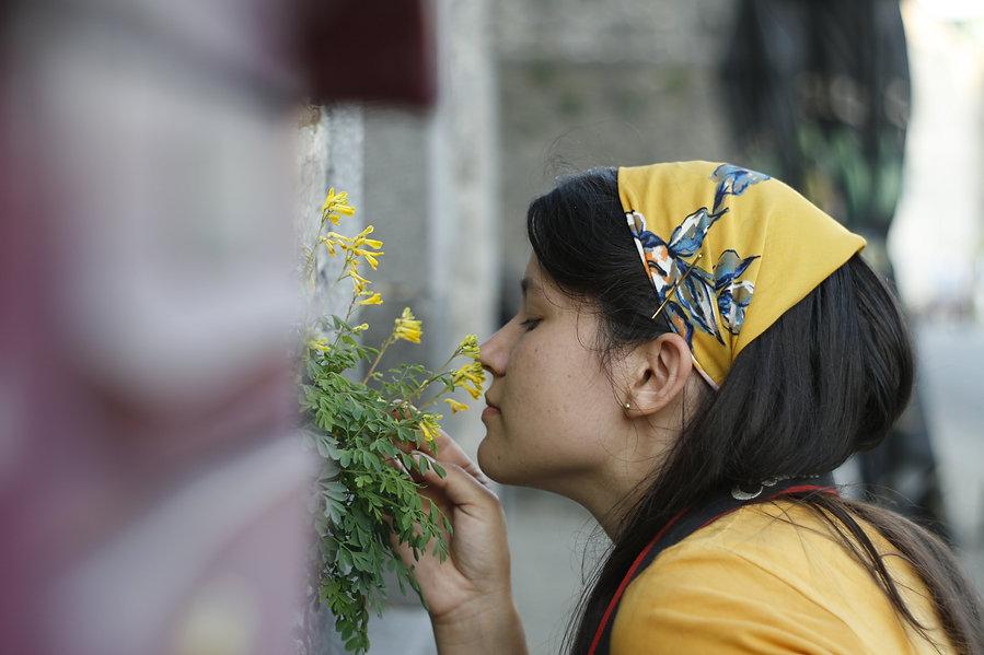 Sara-Maria ruikt aan een bloemetje