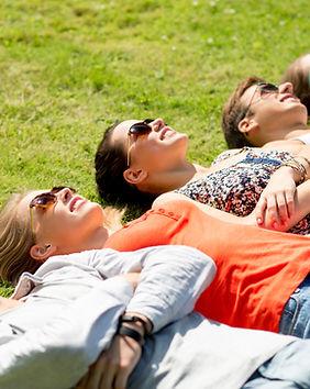Freunde Entspannung auf Gras