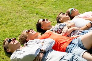 Vrienden ontspannen op gras