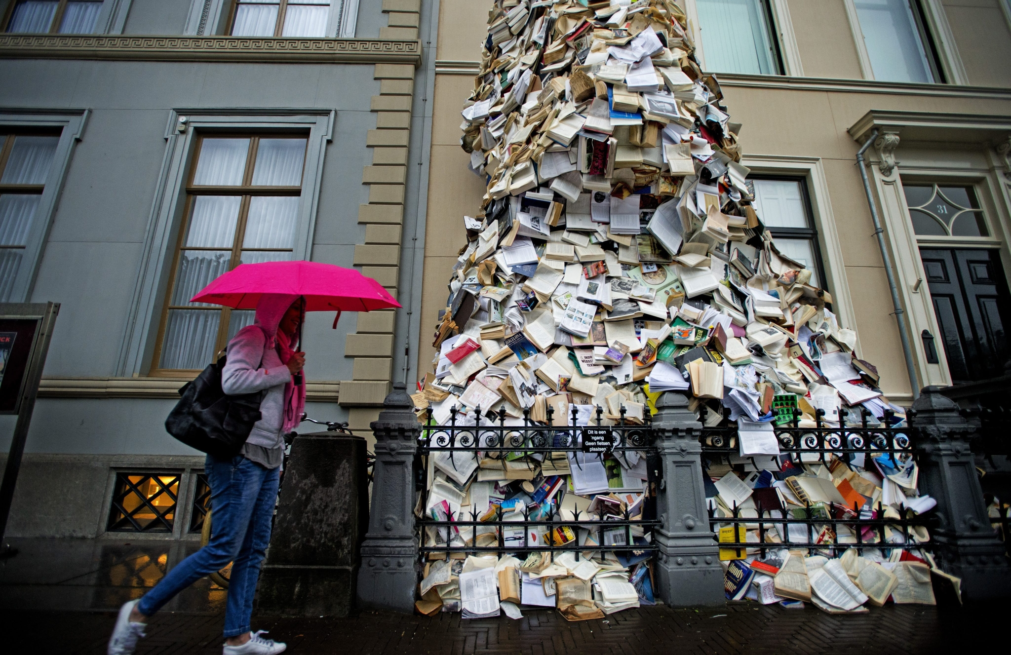 Impressive-book-installations-by-Alicia-Martin-artists-i-lobo-you