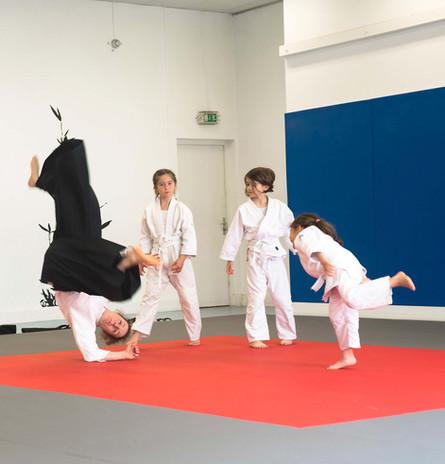 enfant pratiquant l'aïkido avec un professeur d'aïkido