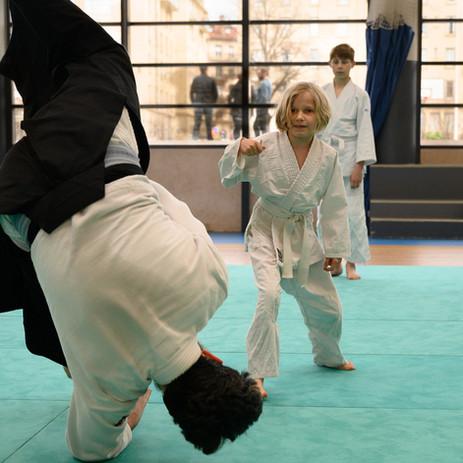 enfant pratiquant l'aïkido