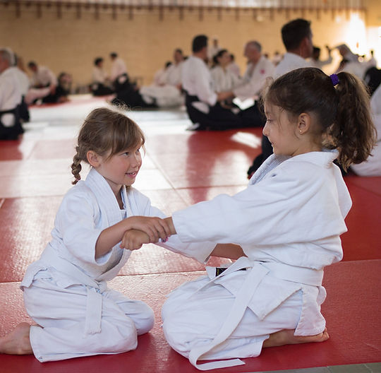 Enfants pratiquant ensemble l'aïkido