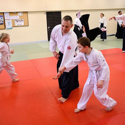 Enfant et adulte pratiquant l'aïkido ensemble