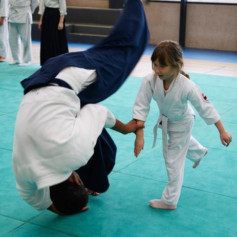 enfant pratiquant l'aïkido avec un professeur